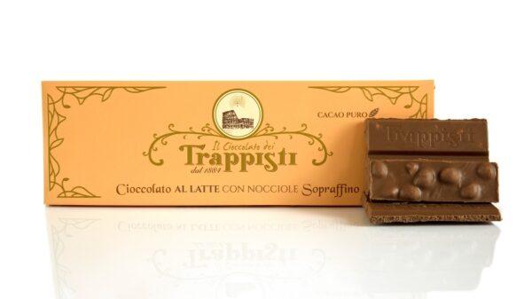 Tavoletta da 250 g di Cioccolato al Latte con Nocciole intere Dop della qualità Tonda Gentile Romana, da lavorazione lenta secondo l'antica ricetta Trappista